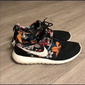 Nike Roshe Snneakers; WOMENS SIZE 8